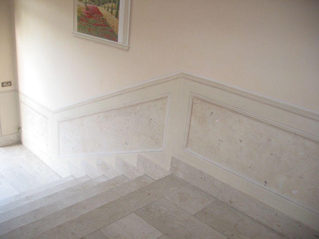 Parete Di Pietra Finta: Parete con pietra bianca picture of modern bathroom with stone wall.